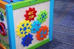 De kleurrijke baby past stuk speelgoed aan royalty-vrije stock afbeeldingen
