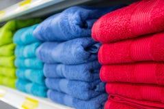 De kleurrijke badhanddoeken op de teller van de opslag sluiten omhoog royalty-vrije stock fotografie