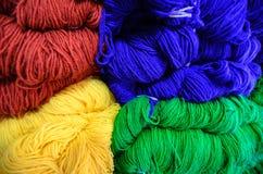 De kleurrijke Ballen van de Wol Stock Afbeeldingen