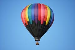 De kleurrijke Ballon van de Hete Lucht tegen Blauwe Hemel Stock Fotografie