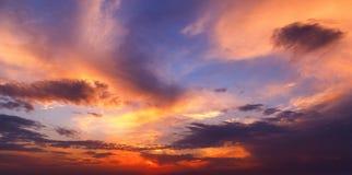 De kleurrijke blauwe, oranje en gele kleuren van de zonsonderganghemel Royalty-vrije Stock Foto