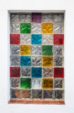 De kleurrijke blokken van het vensterglas in witte muur Stock Fotografie