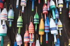 De kleurrijke Boeien van de Zeekreeft van Maine Stock Fotografie