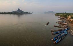 De kleurrijke boten van de Thanlyinrivier in hpa-, Karen State, Myanmar royalty-vrije stock foto