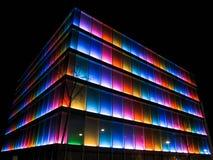 De kleurrijke bouw bij nacht royalty-vrije stock fotografie