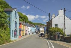 De kleurrijke Bouw van Klein Dorp in West-Wales stock foto