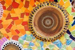 De kleurrijke ceramische en achtergrond van de gebrandschilderd glasmuur bij watphra t Stock Foto
