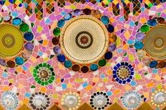 De kleurrijke ceramische en achtergrond van de gebrandschilderd glasmuur bij watphra t Royalty-vrije Stock Foto
