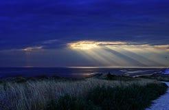 De kleurrijke de lentezonsondergang en zon` s stralen piepen uit in de Zwarte Zee Stock Fotografie