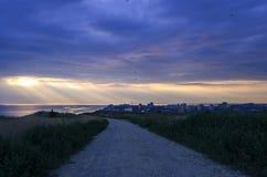 De kleurrijke de lentezonsondergang en zon` s stralen piepen uit in de Zwarte Zee Royalty-vrije Stock Afbeelding