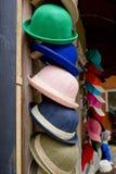 De kleurrijke de zomerhoeden liggen op de teller Stock Afbeeldingen