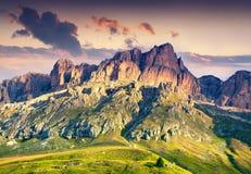 De kleurrijke de zomerscène in zuidelijke helling van de berg van Piz Boe belde Stock Afbeeldingen