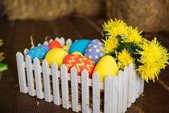 De kleurrijke decoratieve eieren van Pasen in houten doos Stock Afbeelding