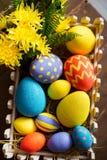 De kleurrijke decoratieve eieren van Pasen in houten doos Royalty-vrije Stock Foto