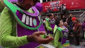 De kleurrijke deelnemers van het de Paradefestival van Carnaval Carnaval stock videobeelden