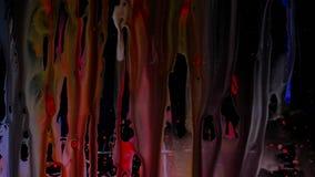 De kleurrijke dia van Inktdruppeltjes op glas Zwarte achtergrond stock footage