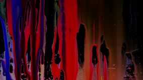De kleurrijke dia van Inktdruppeltjes op glas Zwarte achtergrond stock video