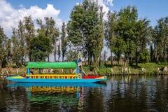 De kleurrijke die boot als trajinera in Xochimilcos ook wordt bekend die tuiniert - Mexico-City, Mexico drijven Stock Afbeelding