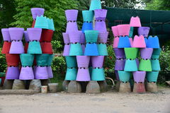 De kleurrijke die potten van de cementbloem omhoog aan de kant van weg worden gestapeld Stock Foto