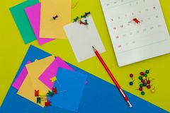 De kleurrijke document nota en de rode duwspeld aan dag 14 februari calen  Royalty-vrije Stock Foto's