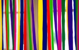 De kleurrijke document strepen hangen op venster met natuurlijk licht backgr stock afbeeldingen