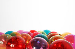 De kleurrijke doorzichtige snuisterijen van glaskerstmis in whte geïsoleerde B Stock Foto