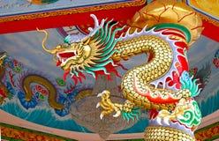 De kleurrijke draak van China op oosters tempeldak Stock Fotografie