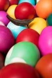 De kleurrijke eieren van Pasen stock afbeeldingen