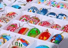 De kleurrijke eieren van Pasen Lichte Pasen Konijnen en kippen op eieren Stock Afbeelding