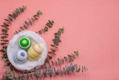 De kleurrijke eieren verfraaien met het breien van wol voor Pasen-dag royalty-vrije stock foto