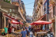 De kleurrijke en levendige markt van Catanië op een de zomerochtend, in Sicilië, zuidelijk Italië stock fotografie