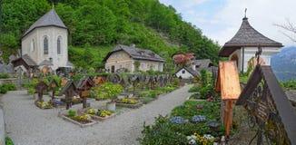 De kleurrijke en propere begraafplaats bij de Katholieke kerk van Hallstatt royalty-vrije stock afbeelding