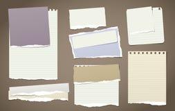 De kleurrijke en witte nota, notitieboekjedocument stukken met gescheurde randen plakte op bruine backgroud Vector illustratie Stock Foto
