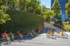 De kleurrijke fietsen van Google Stock Afbeeldingen