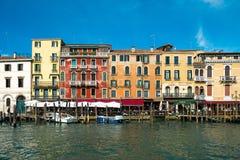 De kleurrijke gebouwen van Venetië langs grandcanal dichtbij Rialto B royalty-vrije stock fotografie