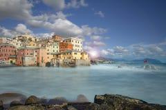 De kleurrijke gebouwen van de waterkant in Boccadasse stock foto's