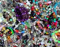 De kleurrijke gemengde juwelen knoeien in een kleinhandelsmarkt Stock Foto