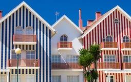 De kleurrijke Gestreepte Huizen van de Strandhut Royalty-vrije Stock Afbeeldingen