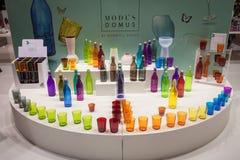 De kleurrijke glazen en de flessen op vertoning bij HOMI, internationaal huis tonen in Milaan, Italië Stock Foto