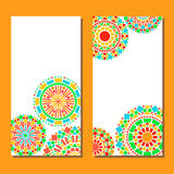 De kleurrijke grens van cirkels bloemenmandala in groen en oranje op wit, twee geplaatste kaarten, vector Stock Foto