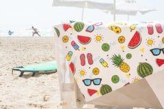 De kleurrijke handdoek van het de zomerstrand op stoel Stock Afbeelding