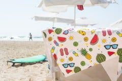 De kleurrijke handdoek van het de zomerstrand op stoel Stock Foto's