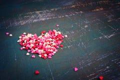 De kleurrijke harten van de valentijnskaartendag op een donkere sjofele achtergrond tint Stock Afbeeldingen