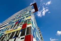 De kleurrijke high-rise bouw Stock Foto's