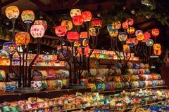 De kleurrijke houders van de glaskaars in een kiosk bij Kerstmismarkt - Weihnachtsmarkt - in Stuttgart, Duitsland Stock Fotografie