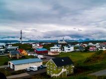 De kleurrijke huizen van Stykkishà ³ lmur, IJsland met een hemelhoogtepunt van coulds brede mening royalty-vrije stock foto
