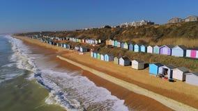 De kleurrijke hutten bij de Engelse Zuidenkust van hierboven stock video