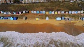 De kleurrijke hutten bij de Engelse Zuidenkust van hierboven stock footage