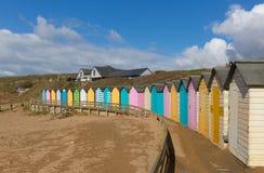 De kleurrijke hutten van het pastelkleurstrand op van Noord- strandbude Cornwall Engeland het UK Royalty-vrije Stock Fotografie