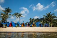 De kleurrijke Hutten van het Strand Stock Foto's
